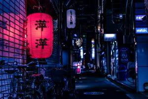 Lampe leuchtet in einer Seitenstraße einer japanischen Stadt.