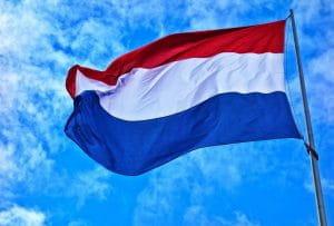Flagge der Niederlande weht im Wind.