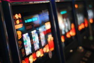 Eine Reihe Spielautomaten in einer landesbasierten Spielhalle.