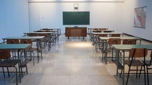 Schulungsraum mit Tischen und Stühlen.
