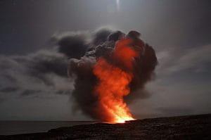 Glühende Lava an der Erdoberfläche.